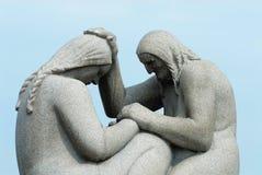 Scultura del granito fatta dall'artista famoso Gustav Vigeland nel parco di Frogner dell'aria aperta a Oslo, Norvegia fotografia stock libera da diritti