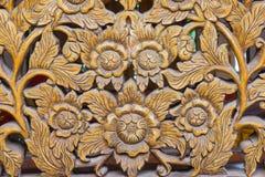 Scultura del legno dei fiori immagine stock
