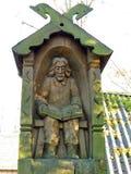Scultura del legno Statua - uomo con il libro Immagini Stock Libere da Diritti