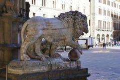 Scultura del leone con una sfera Fotografie Stock
