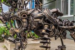Scultura del metallo della via di un cane del robot fatto di vecchi parti delle automobili e dettagli, automatico-spreco fotografie stock