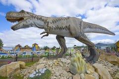 Scultura del primo piano di tirannosauro ` Tematico del parco di Yurkin del ` del parco del ` s dei bambini Fotografie Stock Libere da Diritti