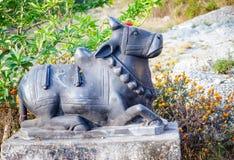Scultura del toro di Nandi Shiva in Pokhara, Nepal fotografie stock libere da diritti