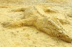 Scultura dell'alligatore sulla sabbia alla spiaggia Immagini Stock