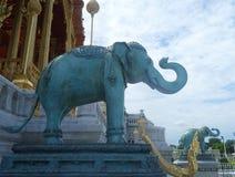 Scultura dell'elefante al padiglione di Ruen Yod Barom Mungkalanusaranee sotto cielo blu luminoso Immagini Stock Libere da Diritti