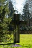 Scultura dell'incrocio di simbolo di Pasqua in parco Fotografie Stock