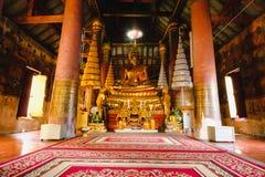 Scultura dell'oro della statua di Buddha del luogo pubblico della statua di Buddha, al tempio di Wat Ratchaburana nel phitsanulok Immagine Stock