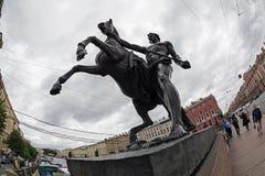Scultura dell'uomo della tenuta del cavallo del ponte di Anichkov in san Petersbu immagini stock libere da diritti