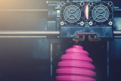 Scultura dell'uovo di Pasqua di rosa della ferita di fabbricazione di FDM 3D-printer - vista frontale su oggetto e sulla testa di fotografia stock libera da diritti