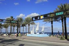 Scultura della barca a vela in blu ed in bianco Fotografie Stock
