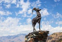 Scultura della capra sul passo di montagna di Kamchik (Qamchiq) Immagine Stock