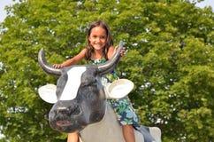 Scultura della mucca di guida della bambina Fotografia Stock Libera da Diritti