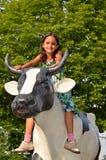 Scultura della mucca di guida della bambina Fotografia Stock