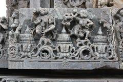 Scultura della parete del tempio di Hoysaleswara dei ballerini femminili Fotografie Stock