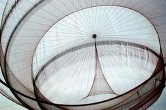 Scultura della rete pubblica del ` s di Janet Echelman in rotonda, Matosinhos fotografie stock