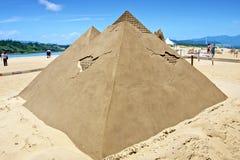 Scultura della sabbia della piramide Immagini Stock Libere da Diritti