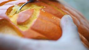 Scultura della zucca di Halloween del primo piano video d archivio