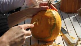 Scultura della zucca di Helloween video d archivio