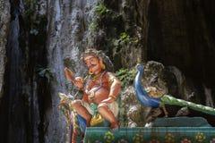 Scultura delle divinità buddisti sul tetto del tempio nel complesso delle caverne di Batu fotografia stock