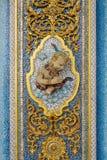 Scultura di altorilievo dell'angelo o del mito con il serpente su ceramico e Fotografia Stock Libera da Diritti