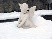 Scultura di angelo nella neve fotografia stock