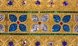 Scultura di arte del fiore nel fondo dell'oro fotografia stock