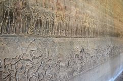 Scultura di bassorilievo che mostra le scene a partire dalla durata del khmer immagine stock