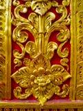 Scultura di bassorilievo in tempie buddisti Tailandia Fotografia Stock