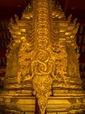 Scultura di bassorilievo in tempie buddisti Tailandia Immagine Stock