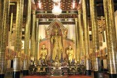 Scultura di Buddha sull'altare squisito a Chedi Luang Fotografia Stock Libera da Diritti