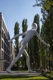 Scultura di camminata dell'uomo a Monaco di Baviera, Germania, 2015 Immagini Stock Libere da Diritti