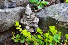Scultura di Elf nel giardino Immagini Stock Libere da Diritti