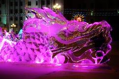 Scultura di ghiaccio di un drago Immagini Stock Libere da Diritti