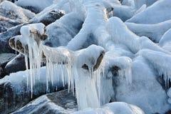 Scultura di ghiaccio naturale lungo la riva del lago Fotografia Stock