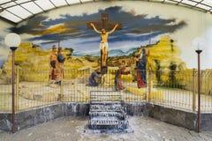 Scultura di Jesus Christ sull'incrocio di legno immagine stock