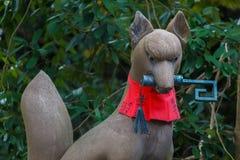 Scultura di Kitsune al santuario di Fushimi Inari-taisha a Kyoto Immagine Stock Libera da Diritti