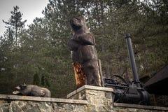 Scultura di legno degli orsi immagini stock