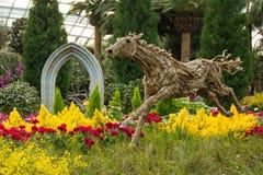 Scultura di legno del cavallo nel giardino Fotografie Stock