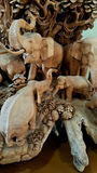 Scultura di legno della famiglia dell'elefante Immagine Stock