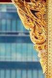 Scultura di legno tailandese tradizionale nel colore dell'oro Fotografia Stock