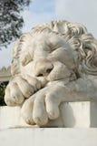 Scultura di marmo bianca del leone in Alupka Immagini Stock