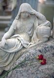 Scultura di marmo di una donna addolorantesi sopra una tomba dentro con i due immagine stock libera da diritti