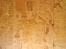 Scultura di pietra con il capo del maya