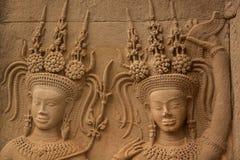 Scultura di pietra dei ballerini di Apsara al tempio di Angkor Wat Immagini Stock Libere da Diritti
