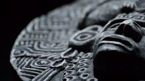 Scultura di pietra del fronte dell'Azteco sudamericano di arte antica, inca, olmeca stock footage