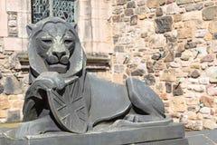 Scultura di pietra del leone con lo schermo della presa del sindacato Immagini Stock