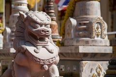 Scultura di pietra del leone, simbolo di credenza cinese come guardia della proprietà Fotografie Stock Libere da Diritti