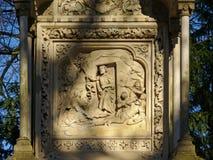 Scultura di pietra della resurrezione del ` di Gesù su una tomba nel cimitero del ` di Melatenfriedhof del `, Colonia fotografia stock