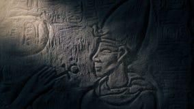 Scultura di pietra di faraone rivelatrice in raggio di luce stock footage