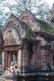 Scultura di pietra rossa del tempiale di Banteay Srei Immagine Stock Libera da Diritti